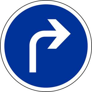 Panneau direction obligatoire à la prochaine intersection: à droite