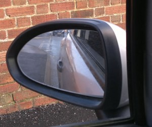 Kerbside parking reference point in mirror